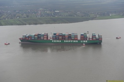CSCL INDIAN OCEAN in der Elbe auf Grund